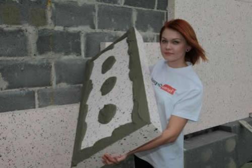 На фото показано, как следует наносить состав на плиту утеплителя.