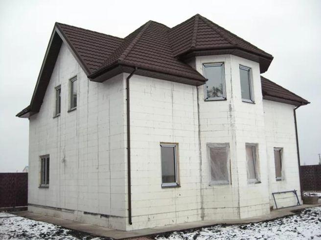 На фото — прочный и долговечный дом из пенопластовых блоков