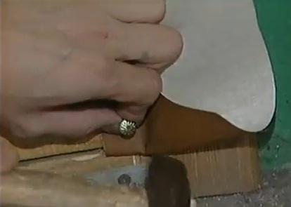 На фото процесс фиксации дермантина гвоздями