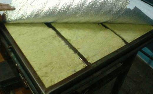На фото теплоизоляция входной металлической двери