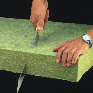 На фото видно, что материал представляет собой плотные маты или рулоны, которые хорошо сохраняют форму.