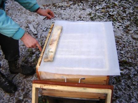 На фото вспененный полиэтилен используется в качестве потолочного утеплителя.