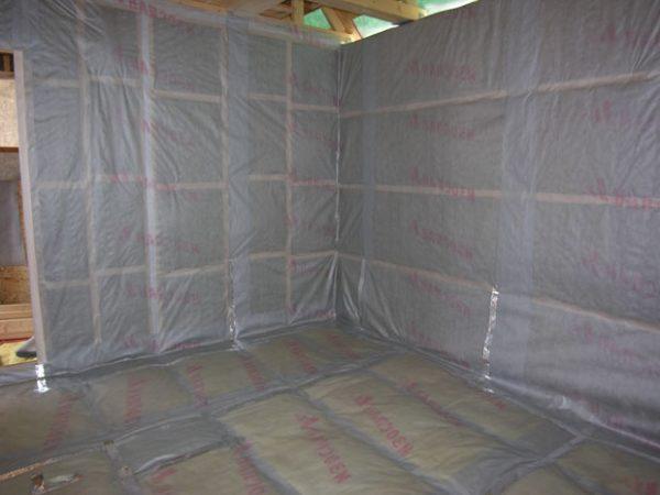 На полу и стенах пароизоляция прослужит более полувека