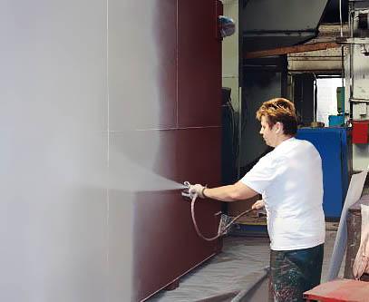 На стену наносится жидкая термоизоляция