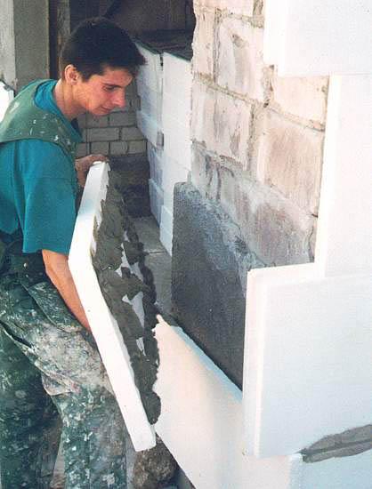 Наклеивание пенопласта к стене