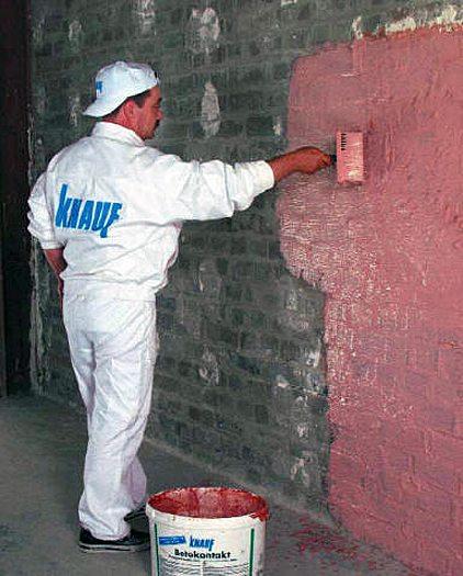 Нанесение грунтовки на поверхность стены