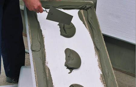 Нанесение клея на теплоизоляционный материал