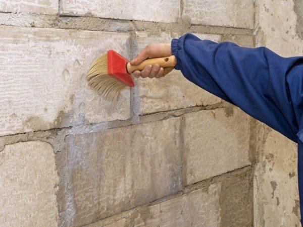 Нанесение состава на стены