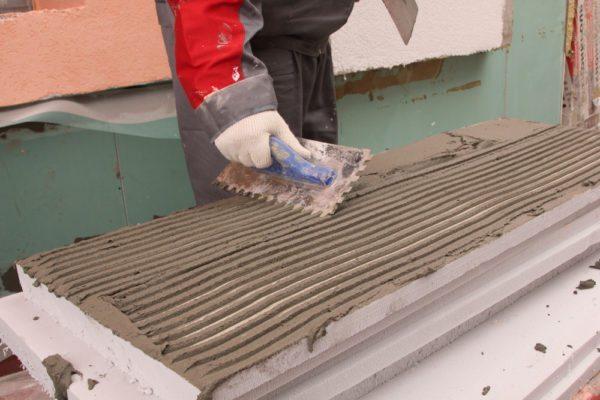 Нанесение цементно-полимерного раствора на поверхность теплоизоляционных плит