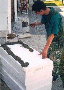 Наносим клей на плиту
