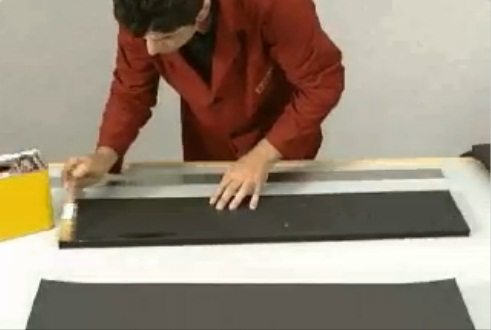 Наносим клей на поверхность материала.