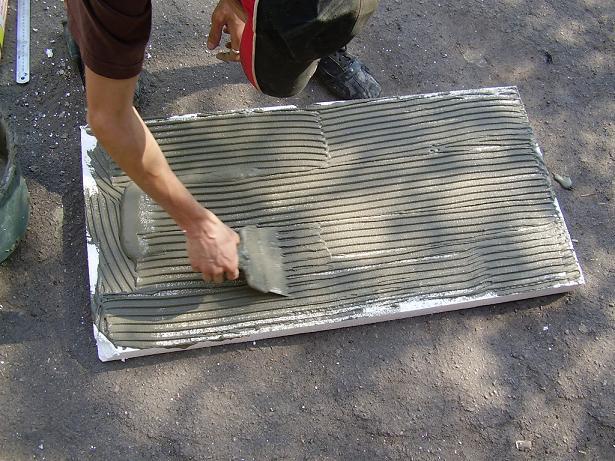 Наносим клей на поверхность равномерно с помощью дозировочного шпателя.