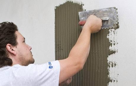 Наносим на стену клей.