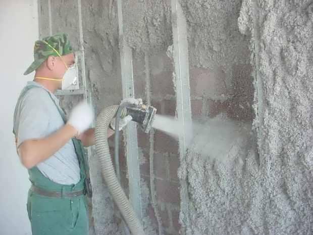 Напыление эковаты производят с использованием специальной техники.