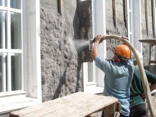 Напыление целлюлозного утеплителя мокрым способом