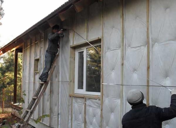 Наружное утепление стен дачи панелями на основе экструзивного пенополистирола.