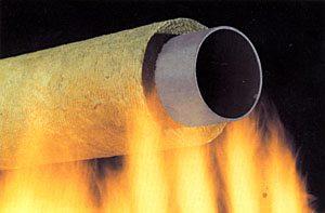Негорючие утеплители для труб рассчитаны не только на воздействие высоких температур изнутри, но и снаружи, так и проводятся испытания. Но очень важна для таких утеплителей инструкция по правильной их насадке