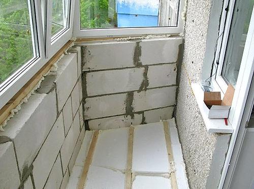 Немногочисленные оставшиеся щели запениваются или просто затыкаются обрезками пенопласта.