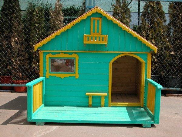 Нет, это не дачный домик. Всего лишь укрытие для собаки на случай непогоды.