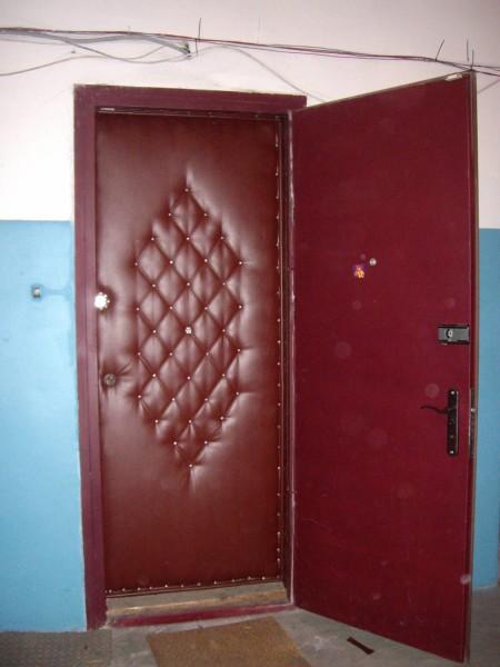 Облицовка дерматином и две двери гарантируют сохранение тепла
