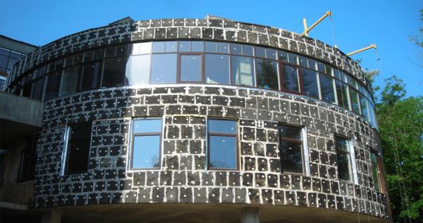 Облицовка из вспененного стекла весит немало, и это нужно учитывать при проектировании