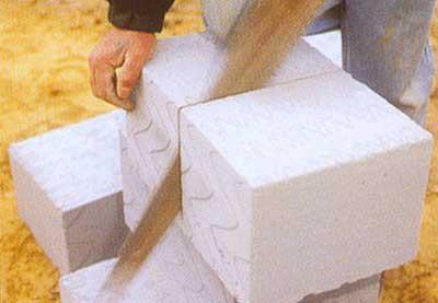 Обработка газоблока ножовкой