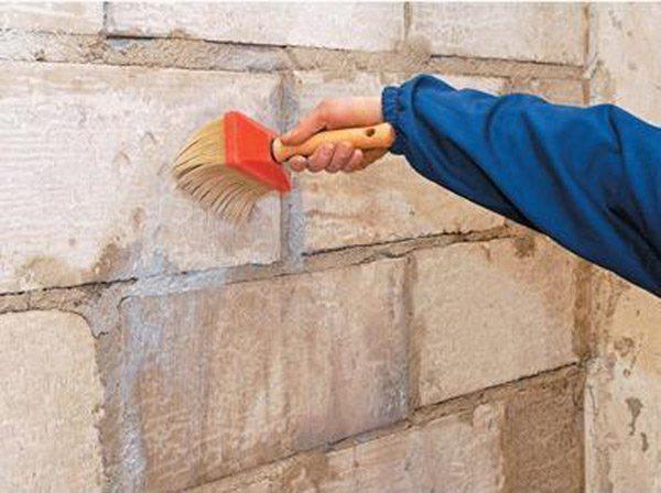 Обработка поверхности стены грунтом