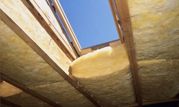 Обратите особое внимание на утепление окон.Утепляем крышу изнутри, значит, не упускаем ни одной мелочи, да их здесь просто нет