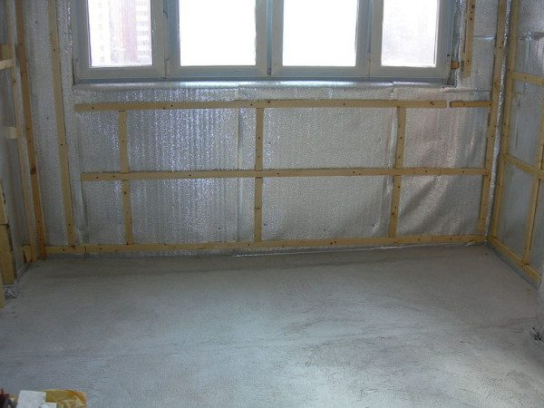 Обрешетка поверх изоляционного слоя нужна для того, чтобы обеспечить воздушный зазор.