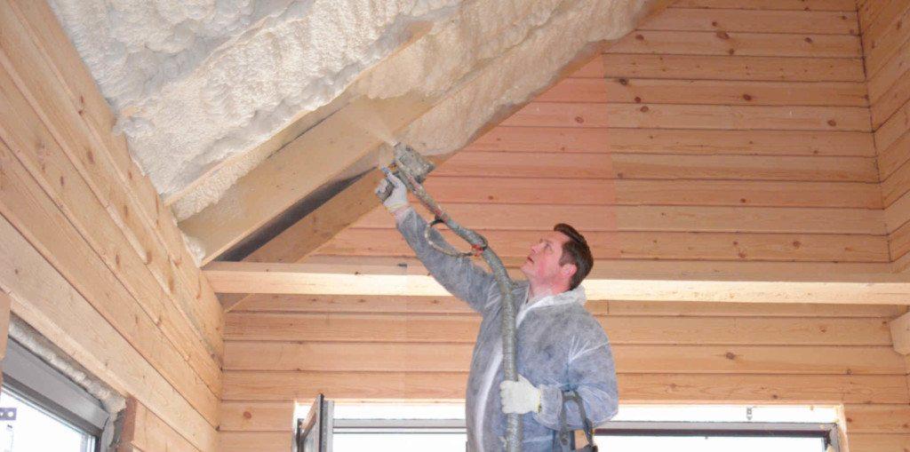 Одним из главных преимуществ монтажной пены является удобство нанесения ее на наклонные и отвесные поверхности