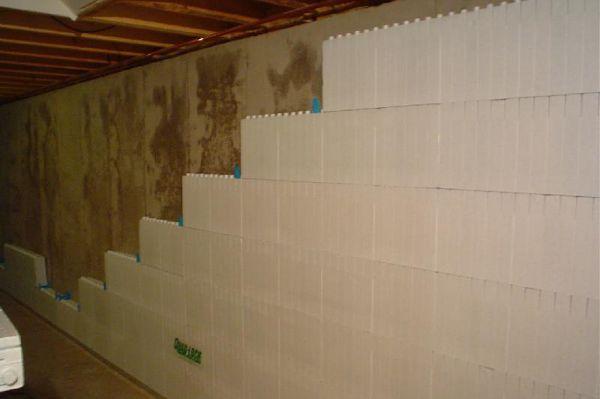 Оклеивание стен подвала утеплителем.