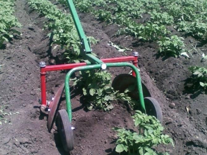 Окучивание картофеля при помощи окучника