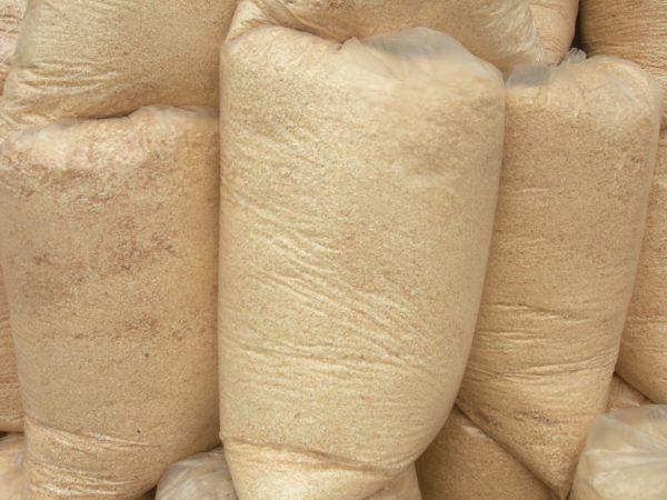 Опилки реализуются в полиэтиленовых мешках — такая тара удобна при транспортировке и при высыпании содержимого на перекрытие