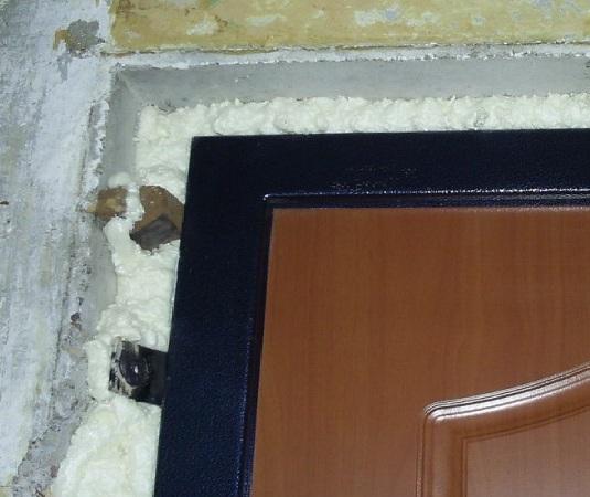 Отделку монтажной пены можно осуществлять после установки двери