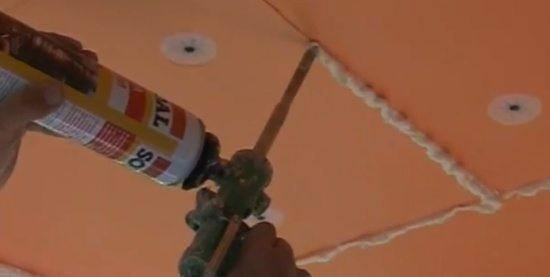 Пена быстро устраняет все огрехи на потолке