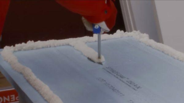 Пена наносится на пенопласт толстыми линиями, чтобы обеспечить прочное приклеивание к основанию