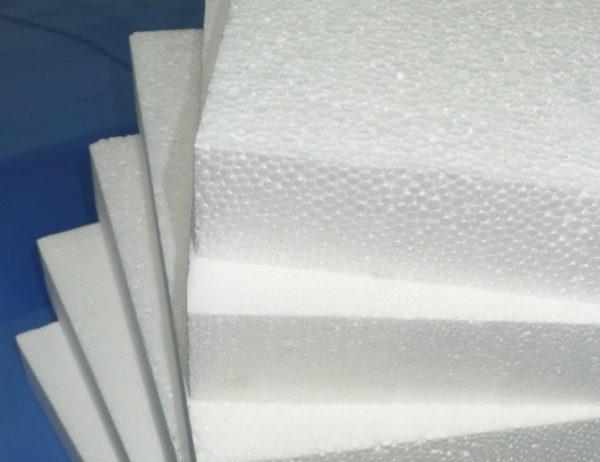 Пенопласт – это вспененный пластик, что видно по его ячеистой структуре.