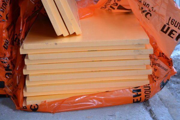 Пеноплекс — материал с высокими теплоизоляционными показателями, что делает его одним из лучших материалов при утеплении поверхности под теплый пол