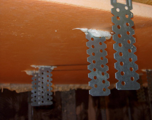 Пеноплекс установлен сквозь кронштейны