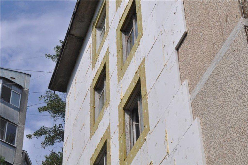Пенополистирол и пенопласт — самые распространенные фасадные теплоизоляторы.