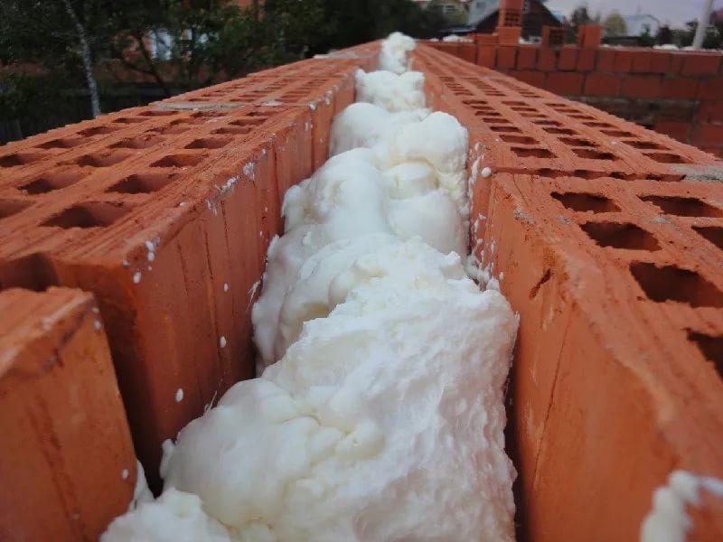 Пенополиуретаном можно заливать двухслойные стены из кирпича или других материалов