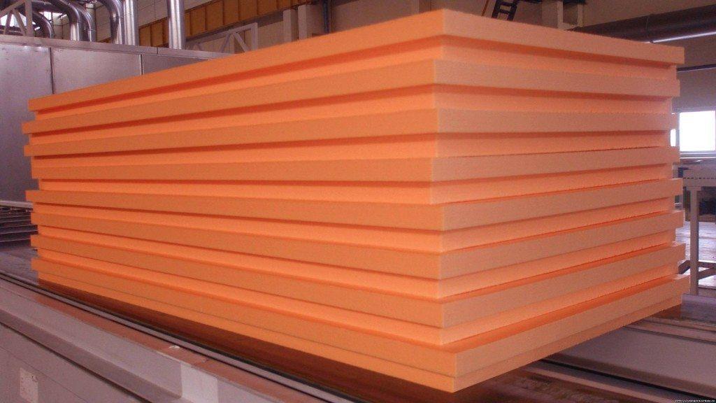 Плиты экструдированного пенополистирола как пример жесткого утеплителя для стен.