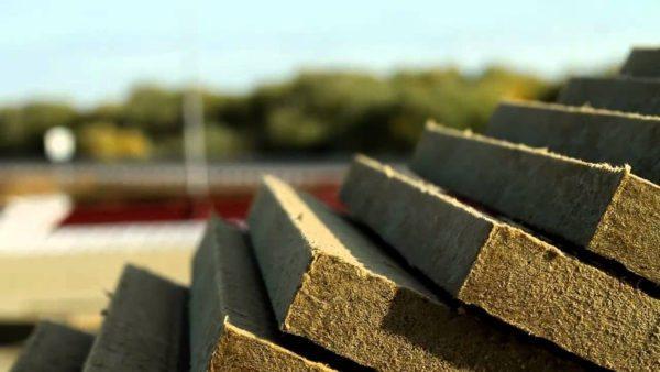 Плиты из прессованного и проклеенного базальтового волокна хорошо сохраняют тепло