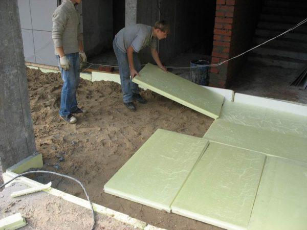 Плиты можно класть прямо на грунт, посыпанный песком.