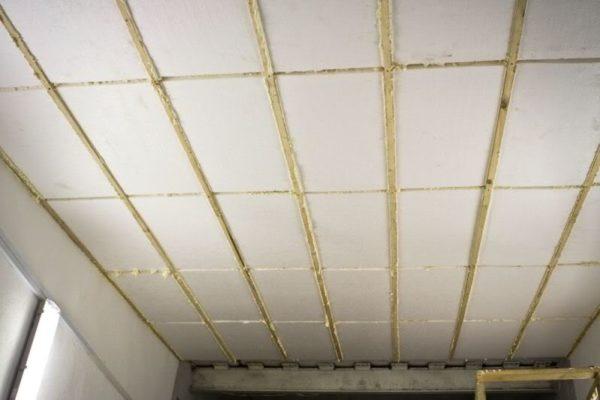 Плиты пенополистирола, закрепленные на потолке посредством полиуретанового клея