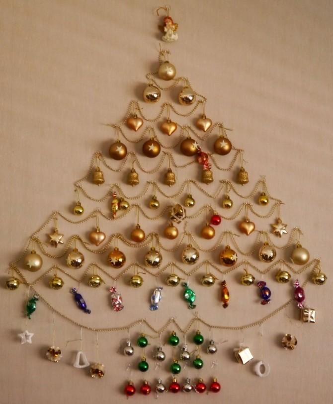 Плоские новогодние елки на стене из елочных игрушек