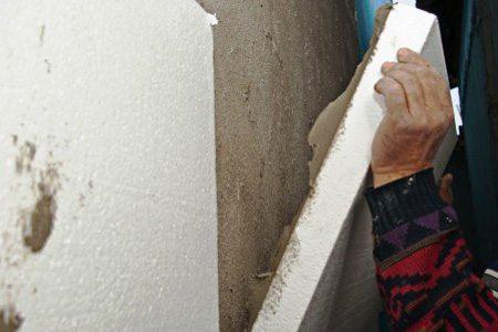 Плотно прижимаем лист к стене.