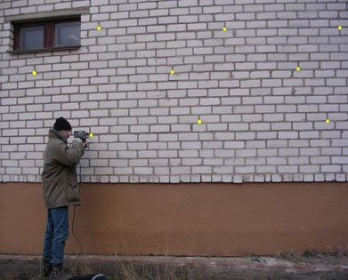 По разметке делаются отверстия в стене
