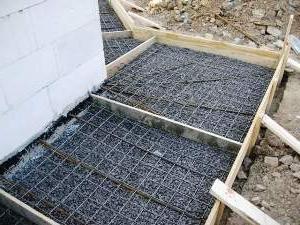 Подготовка к заливке бетона для создания отмостки