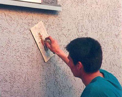 Покрываем стену декоративной штукатуркой.